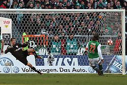06.03.2010, Weserstadion, Bremen, GER, 1. FBL, Werder Bremen vs VfB Stuttgart 2:2 (0:2), Spieltag 25, im Bild Torsten Frings (GER Werder #22) erzielt das 2:2 und schickt Jens Lehmann (#1 Torwart / Keeper VfB Stuttgart) oin die falsche Ecke. EXPA Pictures © 2010, PhotoCredit: EXPA/ nph/  Arend / for Slovenia SPORTIDA PHOTO AGENCY.