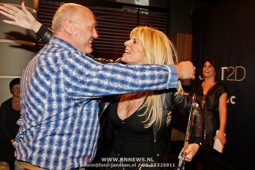 NLD/Amsterdam/20101013 -Tassenveiling Jurgen Hoskens voor Bagsac en Sandra Reemer Foundation, Kim Holland met haar prijswinnaar waarmee ze gaat uit eten