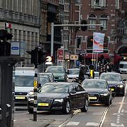 NLD/Amsterdam/20151202 - Koninklijke Familie bij uitreiking Prins Claus Prijs 2015, aankomst auto's en beveiliging Koning Willem - Alexander en Konining Maxima door de Amsterdamse straten