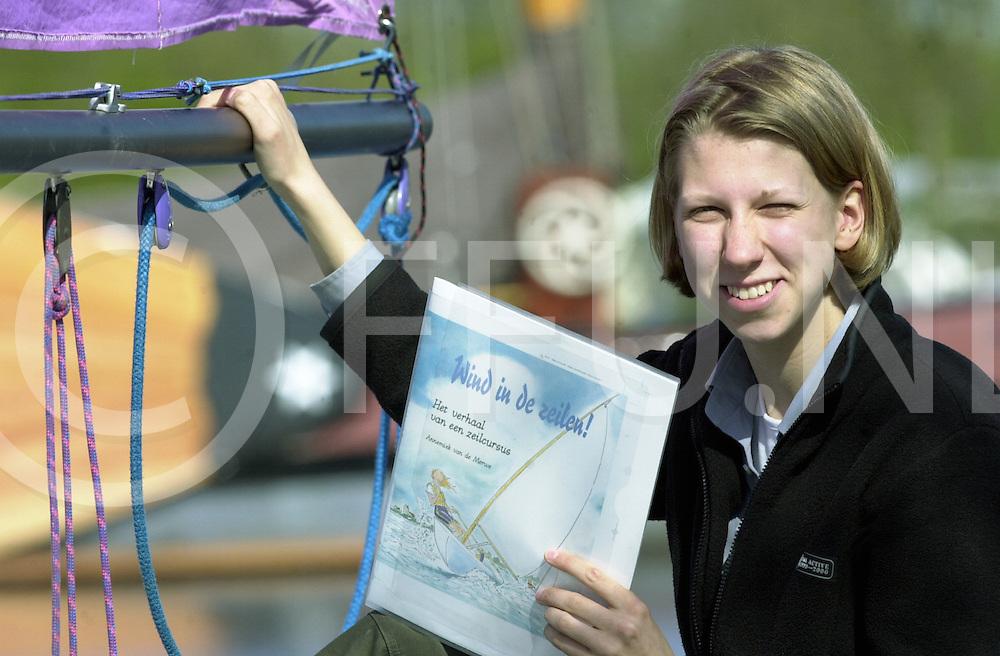 fotografie frank uijlenbroek©2001 frank uijlenbroek.010508 offingawier ned.Annemiek van de Merwe schreef kinderboek over zeilen.