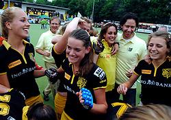 20-05-2007 HOCKEY: FINALE PLAY OFF: DEN BOSCH - AMSTERDAM: DEN BOSCH <br /> Den Bosch voor de tiende keer op rij kampioen van de Rabo Hoofdklasse Dames. In de beslissende finale versloegen zij Amsterdam met 2-0 / Lidewij Welten scoort de 1-0<br /> ©2007-WWW.FOTOHOOGENDOORN.NL