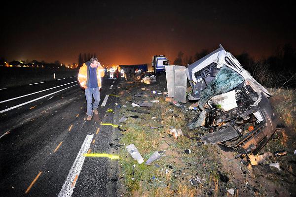 Nederland, Driel, 26-11-2010Chaos en ravage op de nieuwe provinciale weg  N837 na een frontale aanrijding tussen een vrachtwagen en een busje. Er viel een lichtgewonde.Foto: Flip Franssen/Hollandse Hoogte
