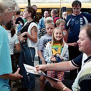 Raymond van Barneveld geeft dart demonstratie in Oostermeent, deelt handtekeningen uit