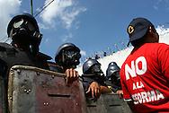 Miles de personas participan hoy, 07 de noviembre de 2007, en Caracas, durante una marcha realizada por estudiantes universitarios en rechazo al proyecto de reforma constitucional impulsado por el presidente venezolano, Hugo Chavez, que sera sometido a referendo en diciembre proximo. (ivan gonzalez)