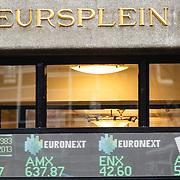 NLD/Amsterdam/20160121 - Winkels in het Amsterdamse straatbeeld, gebouw van Beursplein 5 Amsterdam met de koersen van de Euronext AMX en ENX op de gevel