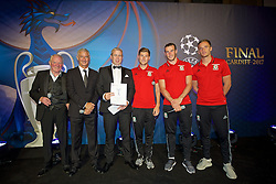 CARDIFF, WALES - Wednesday, August 31, 2016: Terry Yorath, Ian Rush, competition winner Richard Jones, Ben Davies, Gareth Bale and Andy King during a gala dinner at the Cardiff Museum to launch the UEFA Champions League Finals 2017 to be held in Cardiff. (Pic by David Rawcliffe/Propaganda)