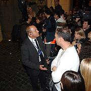 ITA/Rome/20061117 - Huwelijk Tom Cruise en Katie Holmes, fotografen en cameraploegen verdringen zich voor het hotel, beveiliging