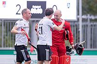 AMSTELVEEN - keeper Joren Romijn (Amsterdam) met Fergus Kavanagh (Amsterdam) en Teun Rohof (Amsterdam) na   de competitie hoofdklasse hockeywedstrijd heren, Amsterdam -Rotterdam (2-0) .  COPYRIGHT KOEN SUYK