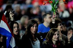 14-02-2010 ALGEMEEN: OLYMPISCHE SPELEN: CEREMONIE: VANCOUVER<br /> Naomi van As juicht naar Sven Kramer als hij zijn officiele gouden medaille krijgt<br /> ©2010-WWW.FOTOHOOGENDOORN.NL