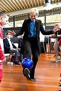 Prinses Laurentien bij Nationale WaterSpaarders Dag bij De Toekomst AJAX, Amsterdam. WaterSpaarders zeggen: 5 minuten is genoeg! Door in plaats van gemiddeld 9 minuten voortaan maar 5 minuten te douchen bespaar je per keer 32 liter warm water. Als heel Nederland dat zou doen besparen we met z'n allen de CO2 uitstoot van ruim 750.000 auto's. Dat maakt best veel verschil.<br /> <br /> Op de foto:  Prinses Laurentien houd de bal hoog