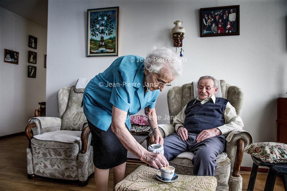 Nederland, Venlo, 26 april 2016.<br /> Met de bouw van nieuwe zorgwoningen en complexen is het steeds vaker mogelijk om echtparen (waarvan een ziek is, de ander niet) samen in een 'verpleeghuis' op te nemen. Het uit elkaar halen van opa en oma behoort daarmee tot het verleden. Bep en Leo Lenders zijn zo'n echtpaar. Hij heeft dementie en kan aanspraak maken op verpleeghuiszorg, zij mag 'meeliften'. <br /> <br /> With the construction of new assisted living facilities and complexes, it is increasingly possible for couples (one is sick, the other not) to live together in a nursing home. <br /> <br /> Foto: Jean-Pierre Jans
