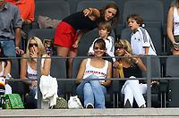 Fotball<br /> VM 2006<br /> Tyskland - koner og kjærester<br /> Foto: imago/Digitalsport<br /> NORWAY ONLY<br /> <br /> 20.06.2006 <br /> Simone Lambe (hi.), Freundin von Michael Ballack zeigt den Söhnen Emilio (li.) und Luis wo es langgeht, davor, v.li.: Lena Mühlbacher (Tim Borowski), Nicola (Philipp Lahm) und Jenny Kessler (Mike Hanke)