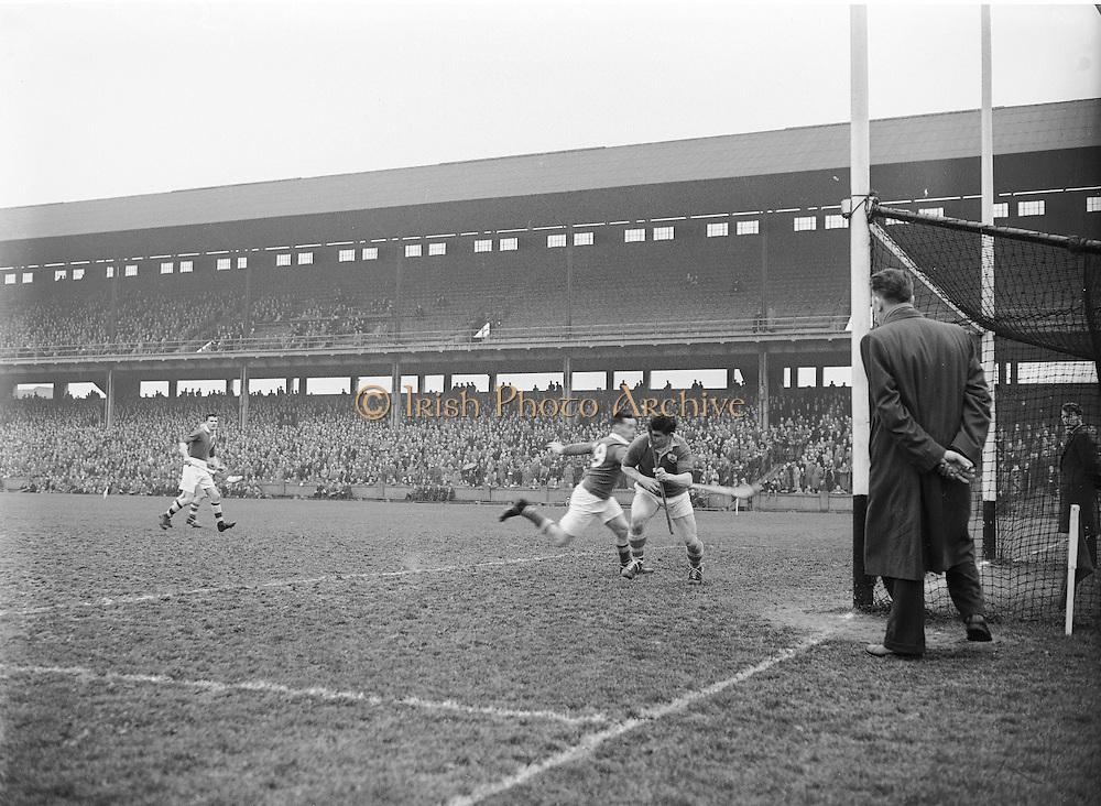 Neg No: 735/9958-9965...3041955IPHCF.03.04.1955...Interprovincial Railway Cup Hurling Championship - Final...Munster.06-08.Connacht.03-04..