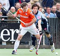 LAREN - Duel tussen Ronald Brouwer (L) van Bloemendaal en Martijn Havenga van Laren, zondag tijdens de hoofdklasse competitiewedstrijd mannen tussen Laren en Bloemendaal (1-4). COPYRIGHT KOEN SUYK