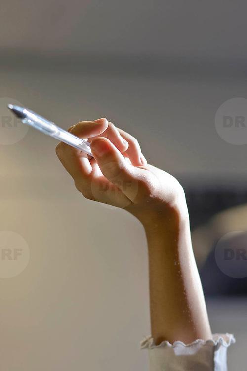 Nederland Rotterdam 23-09-2009 20090923 Serie over onderwijs,  openbare scholengemeenschap voor mavo, havo en vwo.  Lesuur wiskunde, allochtone leerlingsteekt vinger in de lucht en wacht op zijn beurt voor uitleg van de meester.                                    .Foto: David Rozing