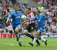 Fotball<br /> Foto: SBI/Digitalsport<br /> NORWAY ONLY<br /> <br /> Sunderland v Wigan Athletic<br /> Coca-Cola Championship<br /> Stadium of Light, Sunderland 28/08/2004<br /> <br /> Wigan's David Wright (R) appears to handle the ball as Sunderland's Kevin Kyle (C) tries to break through into the penalty area.