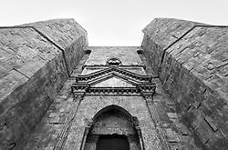 Castel del Monte - Puglia - Castel del Monte è un edificio del XIII secolo costruito dall'imperatore Federico II in Puglia, nell'attuale frazione omonima facente parte del vicino comune di Andria. Inserito nel 1996 tra i monumenti patrimonio dell'Unesco, Castel del Monte conserva da secoli il mistero della sua funzione. La forma a pianta ottagonale ha ispirato le più diverse ipotesi sul motivo della sua costruzione: scartata la funzione di torretta di difesa (per la mancanza di strutture militari e delle scale a chiocciola costruite in senso antiorario, a svantaggio dei soldati costretti a impugnare le armi con la mano sinistra), scartata la funzione residenza di caccia a causa della mancanza di stalle, si accredita la funzione di tempio, anche per via dei simboli che caratterizzano l'intera costruzione.