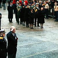 Nederland.Amsterdam.4 mei 2004..Dodenherdenking op de Dam..Op de achtergrond Koningin Beatrix, Prinses Maxima en Prins Willem Alexander.