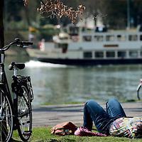 Nederland. Maastricht. 10 april 2015.<br /> Zonnen langs de Maas aan het Ceramique terrein op de eerste echte lentedag. Foto:Jean-Pierre Jans