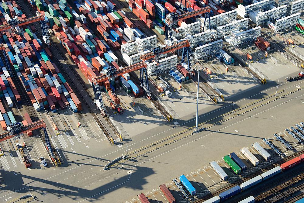 Nederland, Zuid-Holland, Rotterdam, 23-10-2013; Maasvlakte met Euromax Terminal Rotterdam aan de Yangtzehaven. Overslag naar het spoor. De terminal van European Container Terminals (ECT) is een automatische terminal  Automatisch Gestuurde Voertuigen (AGV's) .<br /> Maasvlakte with Euromax Terminal Rotterdam and Yangtzehaven. The terminal of European Container Terminals (ECT) is an automatic terminal with Automated Guided Vehicles (AGVs). Transfair to rail.<br /> luchtfoto (toeslag op standard tarieven);<br /> aerial photo (additional fee required);<br /> copyright foto/photo Siebe Swart