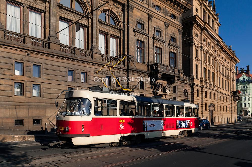République Tchèque, Prague, Staré Mesto, quai Masarykovo  // Czech Republic, Prague, Staré Mesto,   traffic on Masarykovo quay