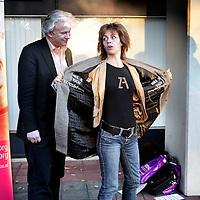 Nederland,Utrecht ,9 november 2006..SP kamerlid Agnes Kant krijgt van Stichting Mantelzorg Mezzo een mantel aangetrokken..2e kleinere foto!!