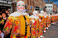 Belgique, Wallonie, carnaval de Binche, Gilles de Binche portant leur masque spécifique avec un ramon (bois) à la main. // Belgium, Wallonie, Binche, Carnival parade
