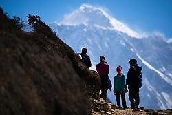 """THEMENBILD - Touristen nahe Namche Bazaar. Im Hintergrund der Mount Everest (8848m). Wanderung im Sagarmatha National Park in Nepal, in dem sich auch sein Namensgeber, der Mount Everest, befinden. In Nepali heißt der Everest Sagarmatha, was übersetzt """"Stirn des Himmels"""" bedeutet. Die Wanderung führte von Lukla über Namche Bazar und Gokyo bis ins Everest Base Camp und zum Gipfel des 6189m hohen Island Peak. Aufgenommen am 11.05.2018 in Nepal // Trekkingtour in the Sagarmatha National Park. Nepal on 2018/05/11. EXPA Pictures © 2018, PhotoCredit: EXPA/ Michael Gruber"""
