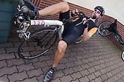 Wil Baselmans maakt zich klaar voor ten trainingsrit. HPT Delft en Amsterdam is in Senftenberg voor de recordpogingen op de Dekra baan.<br /> <br /> Wil Baselmans is preparing for a training. The Human Power Team Delft and Amsterdam has arrived in Senftenberg (Germany) to break the world record on the one hour time trial at the Dekra test track.