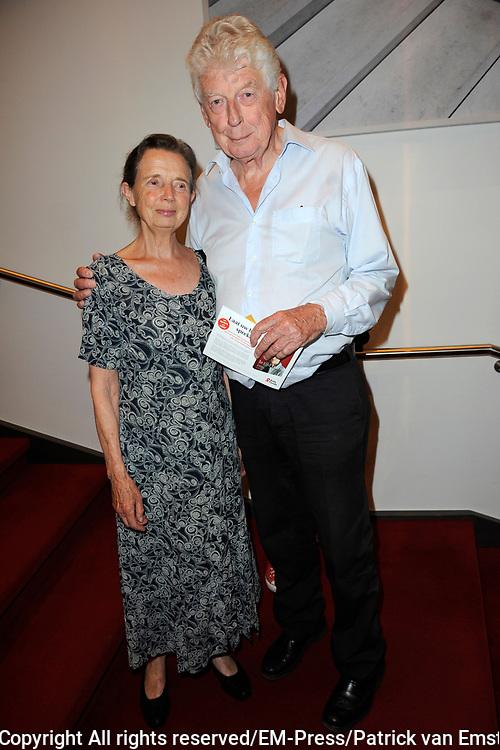 Première The Normal Heart in In theater DeLaMar. The Normal Heart is gebaseerd op een waargebeurd verhaal over de opkomst van de aidsepidemie in New York in de jaren '80.<br /> <br /> Op de foto:  Wim Kok  met partner Rita Kok