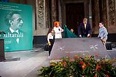 Koning Willem Alexander onthult gedenksteen voor Multatuli