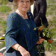 NLD/Hilversum/20060503 - HM de Koninging Beatrix opent de langste natuurbrug ter wereld : Natuurbrug Zanderij Crailo in Hilversum, Beatrix