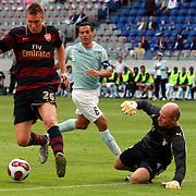 NLD/Amsterdam/20070802 - LG Amsterdams Tournament 2007, Lazio Roma - Arsenal, Nicklas Berdtner scoort zijn doelpunt, keeper Marco Ballotta op de grond