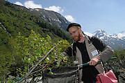 GEO-Tag der Artenvielfalt im Nationalpark Hohe Tauern 2013. Der Innsbrucker Biologe Johannes Schied klopft mit seinem Sammelnetz ordentlich auf den Busch. Er ist einer von 90 Experten, die binnen 24 Stunden rund 1500 Tiere und Pflanzen gesammelt und bestimmt haben. Ein erneuter Beweis für die wichtige Rolle des Nationalparks Hohe Tauern als Rückzugsgebiet für empfindliche Lebensgemeinschaften und Ökosysteme.
