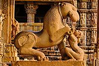 Inde, état du Madhya Pradesh, Khajuraho, site classé au Patrimoine Mondial de l'UNESCO, temple de Mahadeva, lion et Serdula  // India, Madhya Pradesh state, Khajuraho, Unesco World Heritage, the Khajuraho Group of Monuments is a group of Hindu temples and Jain temples, Mahadeva temple, Serdula and lion