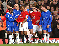 Fotball<br /> Foto: SBI/Digitalsport<br /> NORWAY ONLY<br /> <br /> Carling Cup Semi Final first leg<br /> <br /> Chelsea v Manchester United. 12/1/2005.<br /> <br /> Chelsea's John Terry seperates team mate Claude Makelele and Manchester United's Quinton Fortune as players from both teams push and shove one another.