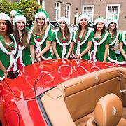 NLD/Amsterdam/20170925 - Presentatie A Christmas Carol 2017, elfjes in groene jurk voor een Ferrari
