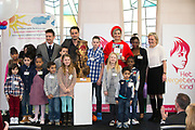 Koningin Máxima  bij de uitreiking van de Kind Centraal award van Stichting Vergeten Kind. De prijs ging dit jaar naar de opvanglocatie Kompaan en De Bocht in Goirle. de award gaat naar een opvanglocatie, initiatief, groep, persoon of fondsenwervende activiteit die zich buitengewoon inzet voor vergeten kinderen.<br /> <br /> <br /> Queen Máxima at the presentation of the Central Child Award Foundation Forgotten Child. The prize this year went to the reception center Kompaan and The Curve in Goirle. The award goes to a reception center, initiative, group, person or fundraising activity that extraordinary commitment to forgotten children.<br /> <br /> op de foto / On the photo: <br /> <br />  Groepsfoto met Koningin Máxima , Dinand Woesthoff en johnny de mol