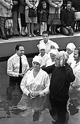 Chrzest nowych członków Zgromadzenia świadków Jehowy. Kraków, basen Polfy, połowa lat 70. XX wieku