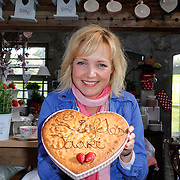 NLD/Elst/20120419 - Yvon Jaspers lanceert servieslijn,Yvon Jaspers met haar liefdestaart
