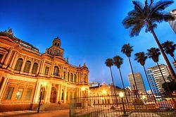 O Paço Municipal de Porto Alegre, também conhecido como Prefeitura Velha, é a sede da prefeitura da capital do estado brasileiro do Rio Grande do Sul, e é um dos seus mais característicos e importantes prédios históricos. Foi construído para ser a sede da Intendência de Porto Alegre, que até então funcionava em diversos espaços alugados no centro. Eleito pelo Partido Republicano em 1897, José Montaury comprometeu-se com a construção de uma sede definitiva para o Executivo local. No largo à sua frente está instalada a Fonte Talavera de La Reina, doada pela colônia espanhola em homenagem ao centenário da Revolução Farroupilha. FOTO: Jefferson Bernardes/ Agência Preview