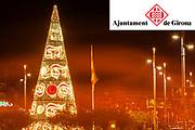 Ajuntament de Girona. Ambient de ciutat, llumns de nadal i arbre de nadal.