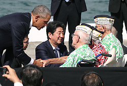 "US-Präsident Barack Obama und Japans Premier Shinzo Abe beim Gedenken an die Opfer des japanischen Angriffs auf Pearl Harbor vor 75 Jahren / 271216<br /> <br /> <br /> <br /> ***After giving their speeches at Pearl Harbor in Hawaii on Dec. 27, 2016, Japanese Prime Minister Shinzo Abe and U.S. President Barack Obama talk with U.S. veterans who survived the Japanese attack there in 1941. In the speech, Abe offered his ""sincere and everlasting condolences"" for those who died in the attack.***"