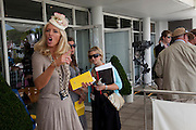 Glorious Goodwood. Ladies Day. 28 July 2011. <br /> <br />  , -DO NOT ARCHIVE-© Copyright Photograph by Dafydd Jones. 248 Clapham Rd. London SW9 0PZ. Tel 0207 820 0771. www.dafjones.com.