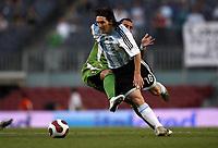 Fotball<br /> Argentina v Algerie<br /> Foto: imago/Digitalsport<br /> NORWAY ONLY<br /> <br /> 05.06.2007  <br /> <br /> Lionel Messi (Argentinien, vorn) im Duell