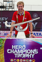 BHUBANESWAR  (INDIA) -  Richard Stainthorpe (FIH).The Trophy. Prize  Champions Trophy Hockey.   Photo KOEN SUYK