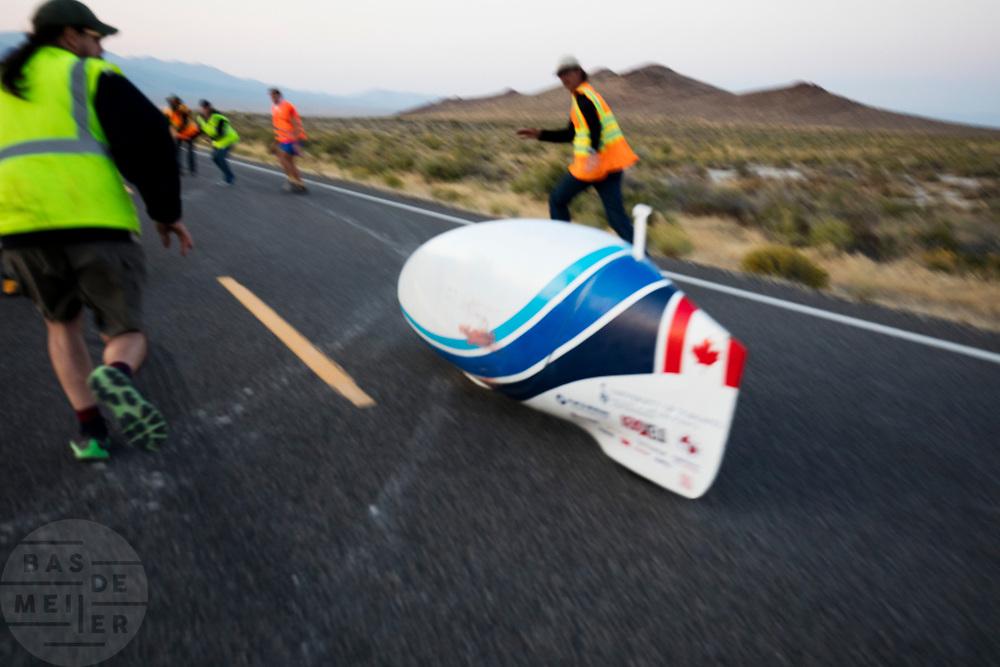 Calvin Moes tijdens de vijfde racedag. In Battle Mountain (Nevada) wordt ieder jaar de World Human Powered Speed Challenge gehouden. Tijdens deze wedstrijd wordt geprobeerd zo hard mogelijk te fietsen op pure menskracht. De deelnemers bestaan zowel uit teams van universiteiten als uit hobbyisten. Met de gestroomlijnde fietsen willen ze laten zien wat mogelijk is met menskracht.<br /> <br /> In Battle Mountain (Nevada) each year the World Human Powered Speed ??Challenge is held. During this race they try to ride on pure manpower as hard as possible.The participants consist of both teams from universities and from hobbyists. With the sleek bikes they want to show what is possible with human power.