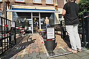 Nederland, Nijmegen, 12-4-2020  Op deze 1e, eerste paasdag met coronadreiging staan mensen in de rij te wachten bij ijssalon Ghiani in Nijmegen. Er mag steeds maar een klant in de winkel zijn.Foto: Flip Franssen
