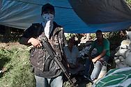 Giovani integranti dell'autodifesa in una barricata.