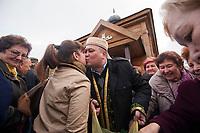 15.10.203 Bohoniki (woj podlaskie) Polscy Tatarzy rozpoczeli swieto Kurban Bajram (Swieto Ofiarowania) jedno z najwazniejszych swiat muzulmanskich. W Bohonikach doszlo do przepychanki z obroncami praw zwierzat N/z wierni skladaj sobie zyczenia przed meczetem fot Michal Kosc / AGENCJA WSCHOD
